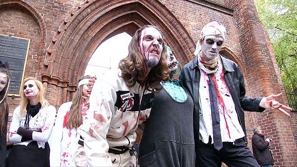 Zombi-invázió Berlinben Halloweenkor