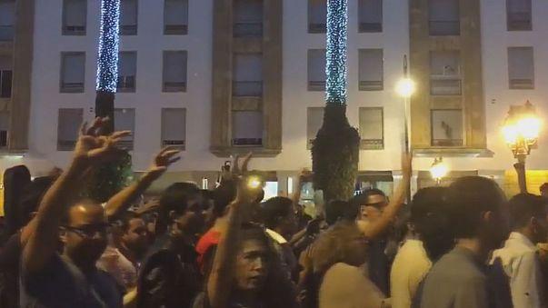 Miles de marroquíes en las calles tras la trágica muerte de un vendedor de pescado