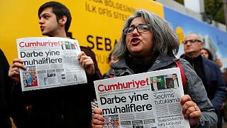 Turchia: manifestazione a Istanbul contro l'arresto di giornalisti di Cumhuriyet