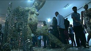 Un sculpteur congolais ramène la vie à des objets de guerre destinés à la mort [no comment]
