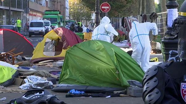 باريس: الشرطة الفرنسية تحقق من اوراق مهاجرين وتخلي مخيمهم في الدائرة 19