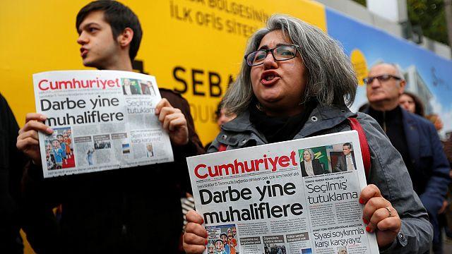 """مظاهرات في اسطنبول للتنديد باعتقال رئيس تحرير صحيفة""""جمهورييت"""""""