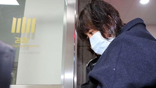 Buldózerrel rontott egy tüntető a dél-koreai ügyészség épületének