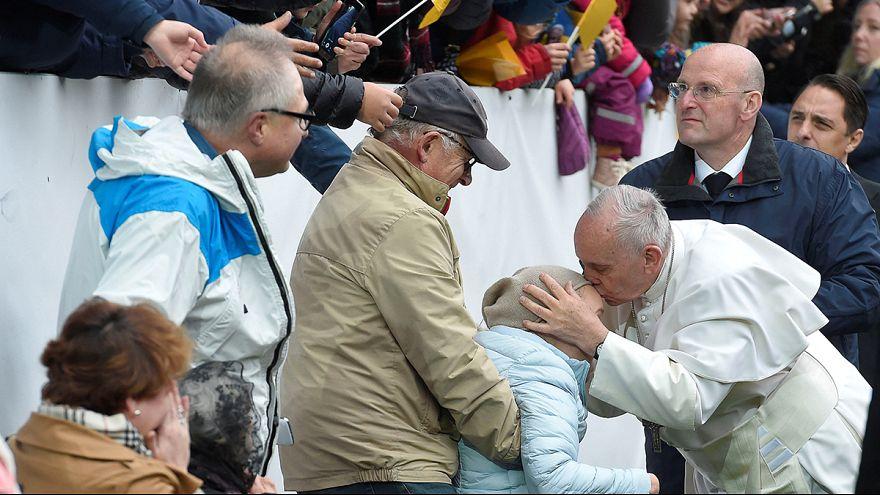 Abschluss der Schwedenreise: Papst Franziskus hält Messe in Fußballstadion
