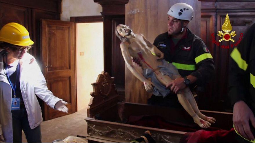 İtalya'da depremde hasar gören kiliseye kurtarma operasyonu