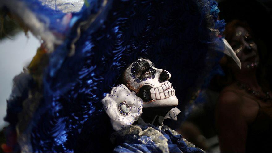 Meksikalılar Ölüler Günü etkinliği için mezarlıklara akın etti