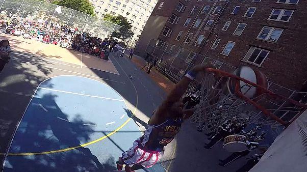 Basketballer gegen Bullies: Harlem Globetrotters besuchen Schule
