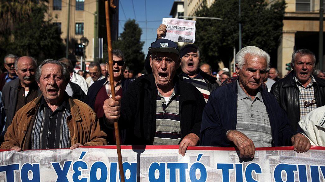 Греция: пенсионеры возмущены новым сокращением пенсий