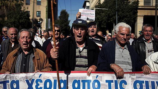 Miles de jubilados griegos protestan contra nuevos recortes en sus pensiones