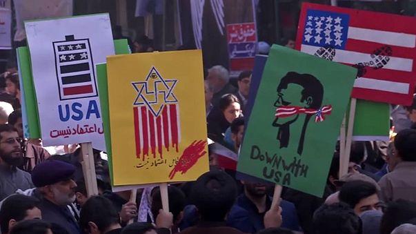"""Milhares de iranianos clamam """"morte aos Estados Unidos"""""""