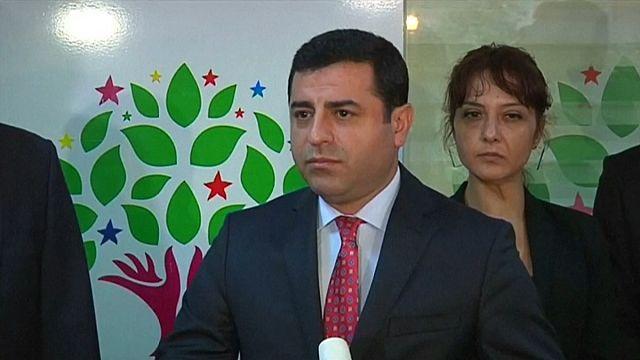 الشرطة التركية تعتقل صلاح الدين دميرتاش وقادة آخرين في حزبه الموالي للأكراد