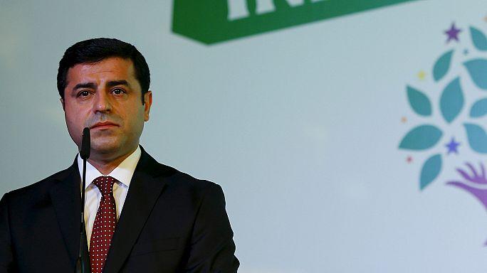 السلطات التركية توقف زعيم حزب الشعوب الديمقراطي صلاح الدين ديمرتاش