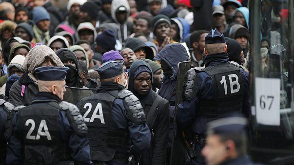 بعد كاليه فرنسا تخلي مخيم مهاجرين في باريس يضم أكثر من 3 آلاف مهاجر