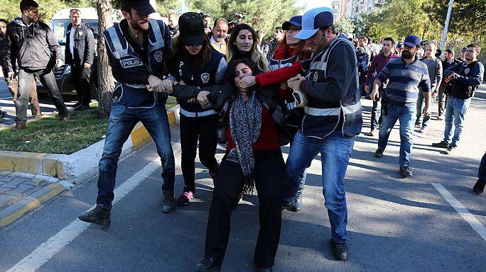 Tüntetések Törökországban, miután ellenzéki kurd képviselőket tartóztattak le
