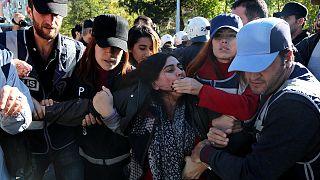 Tüntetések a kurdbarát Demokratikus Néppárt politikusainak őrizetbe vétele miatt