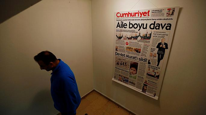 Turquía: prisión para nueve trabajadores del diario opositor Cumhuriyet