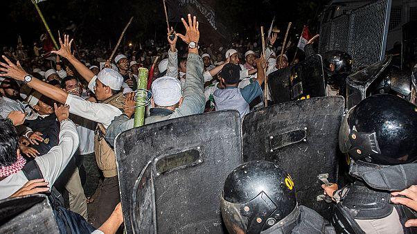 الشرطة الأندونيسية تستخدم الغاز المسيل للدموع لتفريق مظاهرة ضخمة