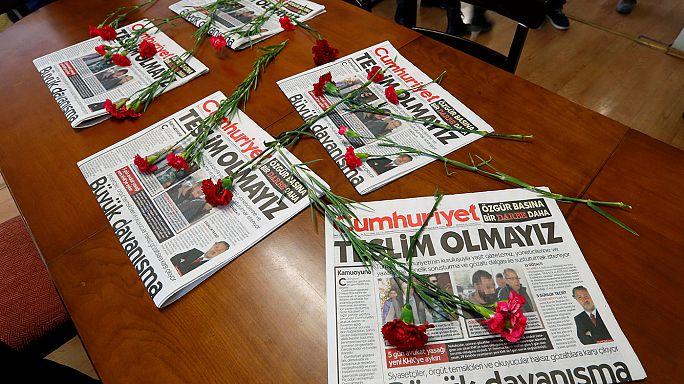 Nueva ola de arrestos en Turquía, el director y ocho periodistas de Cumhuriyet en prisión preventiva