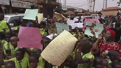Marche contre la fermeture d'un réseau d'écoles privées à Kampala