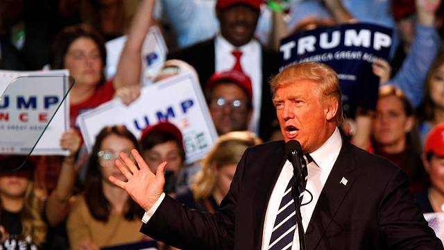 Donald Trump cierra su campaña fiel a su estilo