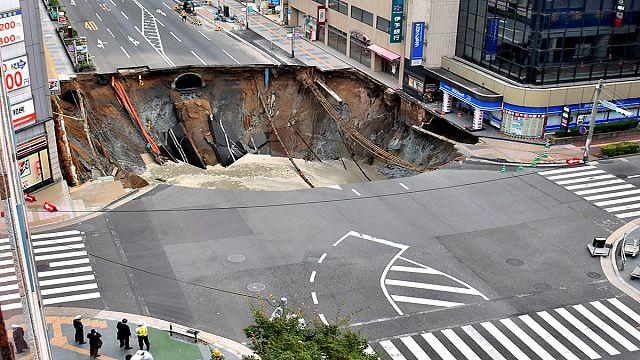 Japon : une avenue engloutie par un cratère en centre-ville