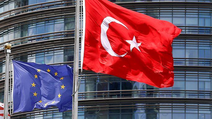 يونكر يحمل اردوغان المسؤولية في حال فشل انقرة بالالتزام بمعايير إعفاء الاتراك من التأشيرات