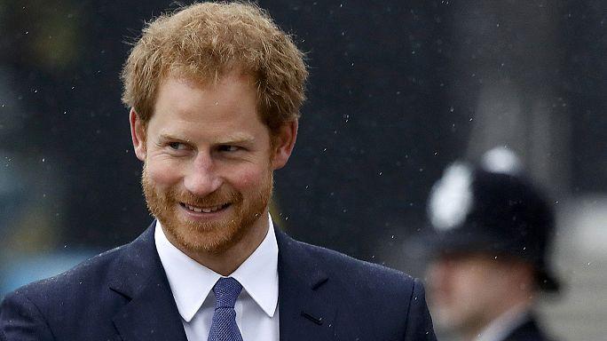 """Il principe Harry attacca i tabloid, """"razzisti e sessisti"""" contro la fidanzata"""
