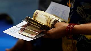 India's currency swap shock leaves huge queues outside banks