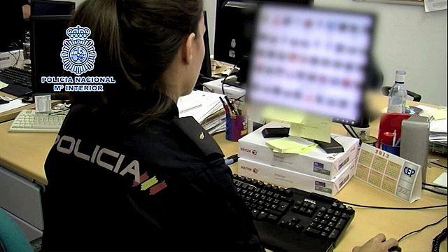 إسبانيا: اعتقال 56 متهماً بتوزيع صور إباحية لقُصّرٍ عبر الشبكة العنكبوتية