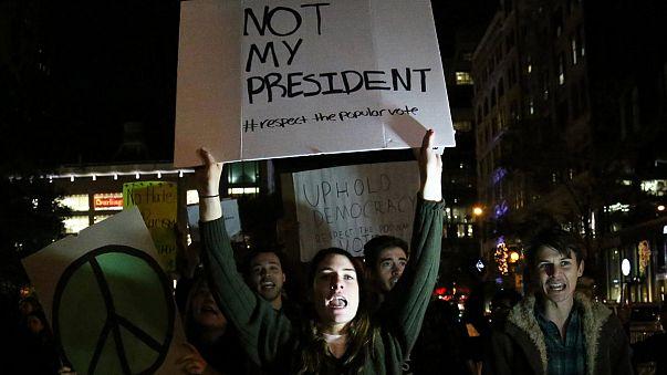 """Trump denuncia """"manifestantes profissionais incitados pelos media"""""""