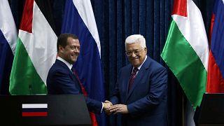 رئيس وزراء روسيا في الضفة الغربية يدعو إلى إحياء مفاوضات السلام