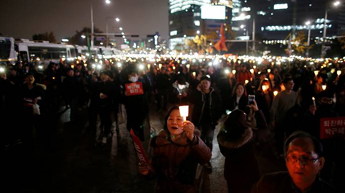 Güney Kore halkı skandala karışan Devlet Başkanı Park Guen Hye'yi istifaya davet etti