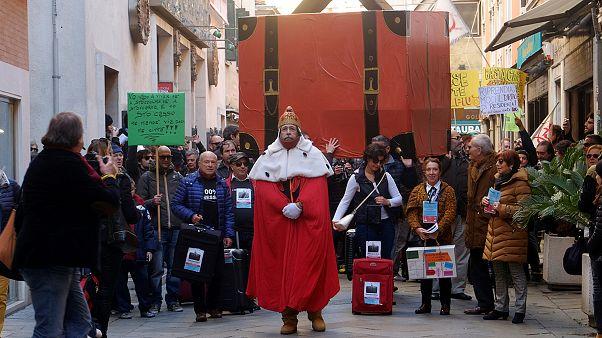 Venezianos exigem a mesma atenção dada a turistas