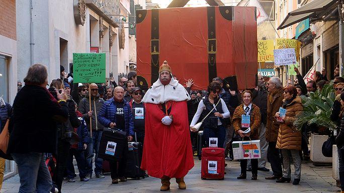 Venezia, in corteo con le valigie contro lo svuotamento