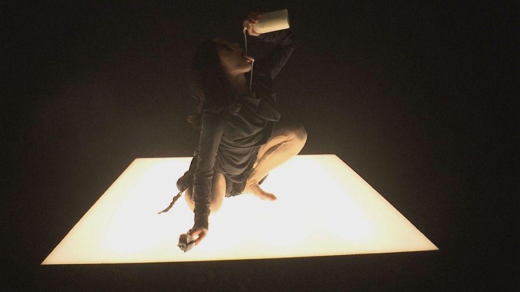 Dinner-Performance im Dunkeln