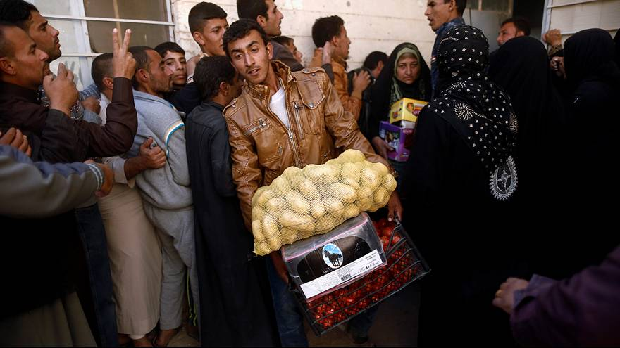 Food handouts for recently-returned Iraqis