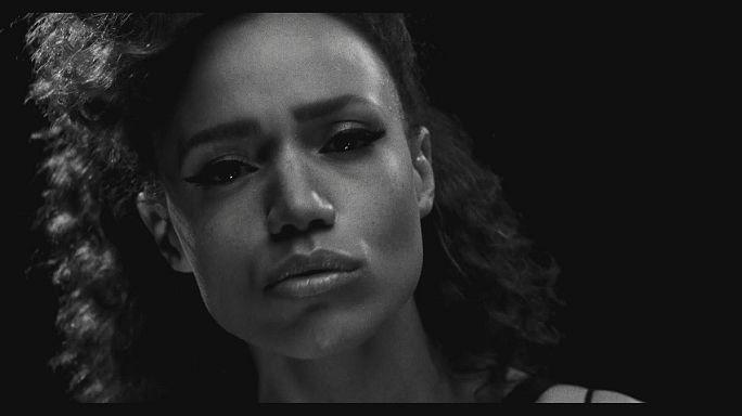 "Música: Cherie Jones na pele de JONES lança ""New Skin"""