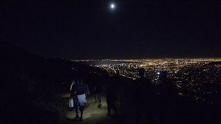 """Afrique du Sud: la """"super Lune"""" apparaît dans le ciel du Cap [No Comment]"""