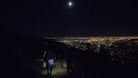 South Africa: 'Super Moon' appears in the sky of the Cape [No Comment]