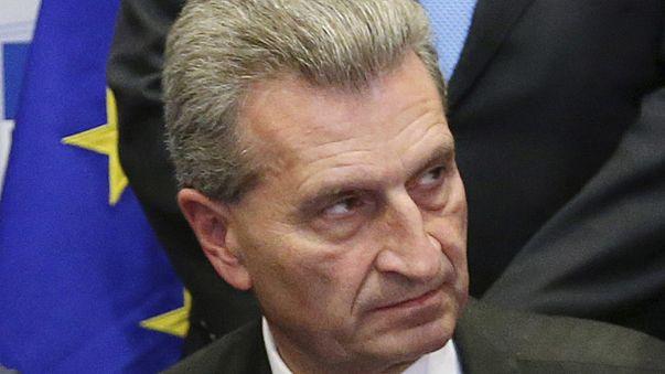 El viaje del comisario Oettinger en un avión privado llega a la Eurocámara