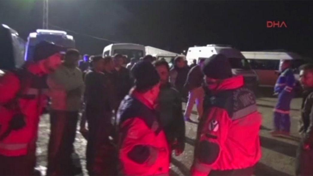 Mueren al menos 3 mineros al colapsar una mina en el sudeste de Turquía, otros trece permanecen atrapados
