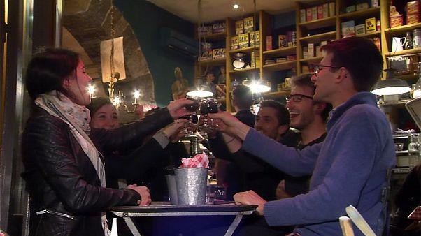 الفرنسيون يحتفلون باحدث اصدارات نبيذ بوجوليه