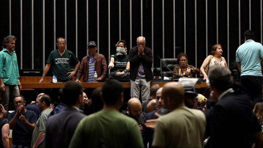 Brazília: tüntetés a parlamenti ülésteremben