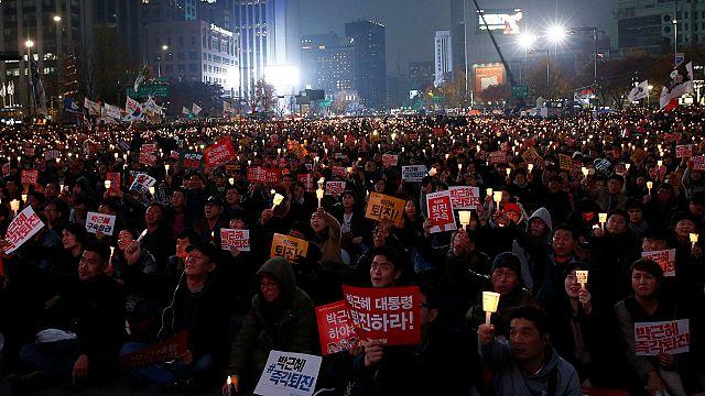 Tömegek követelték a dél-korai elnök távozását