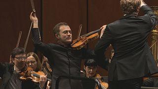 Ο βιολονίστας Ρενό Καπουσόν μαγεύει με τη «Σερενάτα» του Λέοναρντ Μπερνστάιν