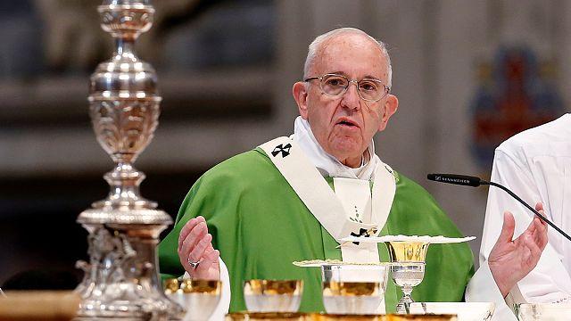 El papa autoriza a absolver a las mujeres que aborten