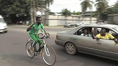 Un footballeur nigérian parcourt 103 kilomètres à bicyclette avec un ballon sur la tête