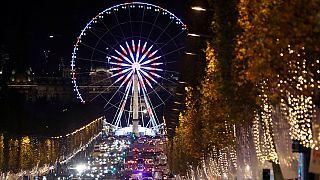 A Parigi si respira già aria di Natale: si illuminano gli Champs Elysees