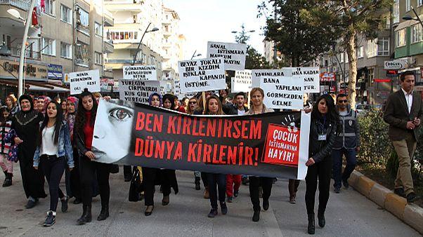 """Visszavonták a török törvényjavaslatot, amely """"amnesztiát"""" adhat a nemi erőszaknak"""