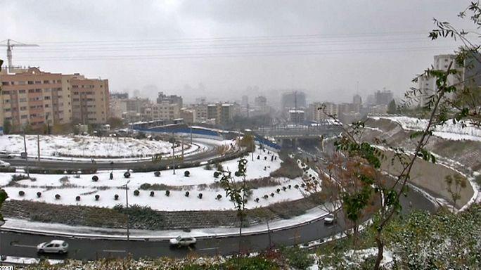 Neve põe fim a pico de poluição em Teerão